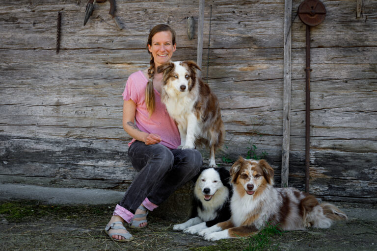 Dr. Janey May mit ihren drei Hunden